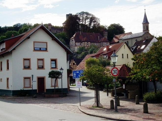 800px-alter_ortskern_und_burg_neidenstein