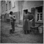 004b-1935-1936-Waschen-vor-dem-Haus